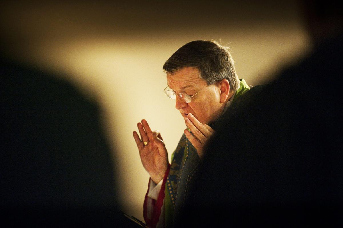 Cardeal-Burke-Missa-dedos-juntos-Missal